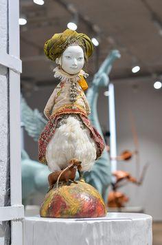 Каждая кукла уникальна, похожих нет. «По большому счету это скульптура, но в отличие от, например, бронзовых скульптур, которые я делаю, здесь использован миллион разных техник. Все сделано вручную, каждый узор уникален» — рассказал Даши Намдаков.