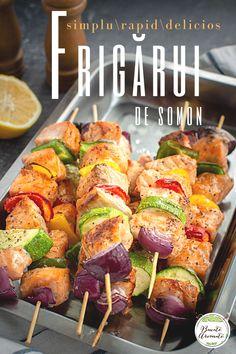 Rețeta de frigărui de somon cu legume colorate: ardei gras, dovlecei, ceapă roșie. Cum faci cele mai bune frigărui de pește pregătite la grătarul cu lemne sau la grătarul aragazului. #bucatearomate #somon #retetecupeste #peste #frigarui
