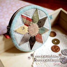 cute coin purse- website not in english and you can't copy the other image of this purse. Japanese Patchwork, Japanese Bag, Japanese Quilts, Patchwork Bags, Quilted Gifts, Quilted Bag, Cute Coin Purse, Diy Bags Purses, Miniature Quilts