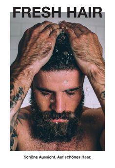 """Stolz präsentieren wir dir hier unser Lush Magazin, Herbstausgabe 2014 """"Fresh Hair"""". Das ist unser kostenloser Produktkatalog für dich, damit du zu Hause in Ruhe darin blättern und stöbern kannst. Neben unseren Produkten findest du hier Anwendungstipps, Berichte über unsere Inhaltsstoffe, ihre Herstellung und ethischen Aspekte, unsere aktuellen Kampagnen und vieles mehr. Für noch mehr frischen, handgemachten Spass schau auf unserer Website www.lush.de vorbei oder komm in einen unserer Shops…"""