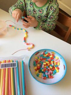 Ketting maken van in stukken geknipte rietjes - making straw necklaces