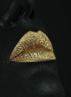 Golden kiss lips Black and gold Black Women Art, Black Art, Black Gold, Color Black, Gold Gold, Photo Bouche, Black And Gold Aesthetic, Mode Poster, Gold Bridal Earrings