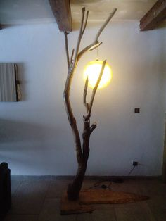 Moon light lamp Wooden lamp recycled with a total height of 240cm cable goes into the trunk (between bottom and stands out to the point of light) Bulb type E27 (big no screws) led) This lamp is quite pretty lit eteinte and you give the impression by looking, see the moon through a