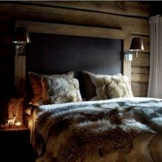 Is that a blackboard above the bed? In case of midnight inspiration/lessons? Chalet Design, House Design, Cabin Homes, Log Homes, Home Bedroom, Bedroom Decor, Bedrooms, Winter Bedroom, Chalet Interior