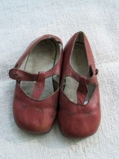 Vintage Shoes little red shoes - Little Girl Shoes, Girls Shoes, Vintage Outfits, Vintage Fashion, Vintage Hats, Old Shoes, Women's Shoes, Baby Steps, Childrens Shoes