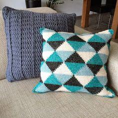 The Ligny Creations: Pattern tunisch crocheted pillow Crochet Cushion Cover, Crochet Pillow, Tapestry Crochet, Crochet Diy, Crochet Home Decor, Modern Crochet, Tunisian Crochet Patterns, Crochet Square Patterns, Mochila Crochet