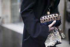 Street style en la alta costura de Paris primavera verano 2013: clutch de Alexander McQueen