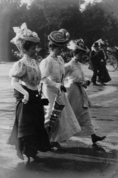 París 1908    Three unidentified women strolling through the Champs-Élysées in Paris, France, 1906.