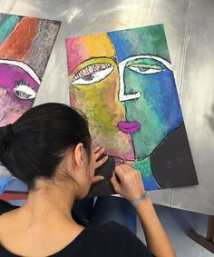 Sandra Silberzweig inspired self portraits from small hands big art - a fun chalk pastel art lesson! Chalk Pastel Art, Chalk Pastels, Art Education Lessons, Art Lessons, Kids Art Class, Art For Kids, Self Portrait Kids, Art Picasso, Girl Faces