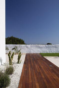 Al ser una casa de verano, la idea principal es, no sólo crear los espacios interiores de la propia casa, sino distribuir todo el espacio exterior.Los espacios interiores buscan una buena relación con el exterior, colonizando sus alrededores y sus...