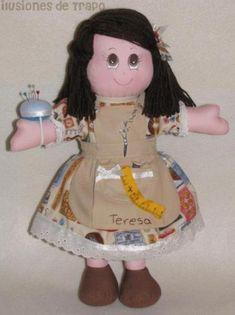 Muñeca de trapo costurera, elaborada con tela con motivos de costura, abalorios y un delantal, personalizada, más información ilusionesdetrapo