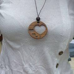 Bijoux en bois ,collier avec pendentif coeur ,bois éxotique sur chêne avec perle