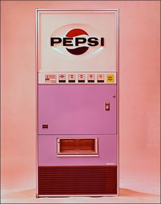 Pepsi my second addiction and last, after all no one is perfect. A PEPSI vending machine, haaaaaa! Aesthetic Vintage, Pink Aesthetic, 1950s Aesthetic, Vintage Pink, Vintage Stuff, Clock Vintage, Vintage Art, Pink Lila, Pastel Pink
