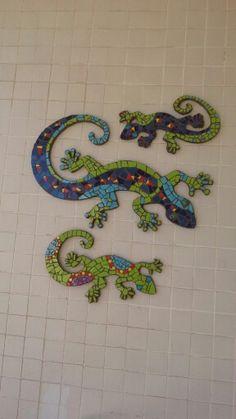 mosaic tile backsplash with salamander diy Mosaic Tile Designs, Mosaic Tiles, Mosaics, Animal Stencil, Yard Ornaments, Mosaic Wall Art, Mosaic Crafts, China Painting, Diy Home Crafts