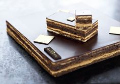 Opéra Cake from Dalloyau in Paris.well worth the € a slice! Biscuit in coffee, coffee cream, dark chocolate ganache. Opera Patisserie, French Patisserie, French Cake, French Food, Chocolate Filling, Chocolate Glaze, Mini Cakes, Cupcake Cakes, Cup Cakes