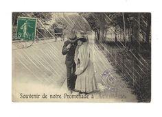 CPA - COUPLE SOUS UN PARAPLUIE DANS LA RUE - SOUVENIR DE NOTRE PROMENADE -1910