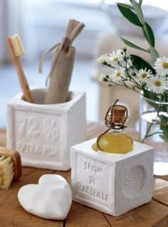 Un pot en plâtre réalisé à partir d'un savon de Marseille, d'alginate et de plâtre - Une idée Marie-Claire idées Decorative Soaps, Beton Diy, Wreath Drawing, Concrete Art, Home Deco, Projects To Try, Diy Crafts, Alginate, Homemade