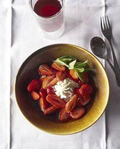 Nage de Fraises à la Menthe Poivrée Recipe | Elle à Table Jamie Oliver, A Table, Strawberry Recipes, French Food, Spring Recipes, Sweet Tooth, Treats, Fruit, Vegetables