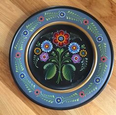 Os Rosemaling - such a beautiful example of decorative painting Painting Bathtub, Painting On Wood, Dot Painting, Rosemaling Pattern, Norwegian Rosemaling, Folk Art Flowers, Tole Painting Patterns, Scandinavian Folk Art, Painted Plates