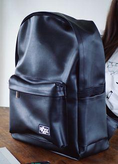 Today's Hot Pick :ブラックレザーシンプルリュックサック http://fashionstylep.com/SFSELFAA0015397/coiija/out 合成皮革素材を使ったシック&シンプルなリュックサックです。 耐久性のある素材と広い収納空間が嬉しいアイテム♪ 外ポケットと内ポケット付きで実用性もバッチリ!! ポケット部分に付いたシリコンのロゴラベルがワンポイントに☆
