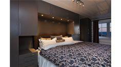 Garderobe plassbygget rundt seng med stramme profiler