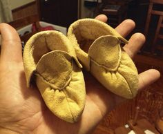Ojibwe Little Baby Split toe Moccasins made by Greg Johnson, Lac du Flambeau Ojibwe (Private Collection) Native American Crafts, Native American Beading, Baby Moccasins, Native Style, Native Indian, First Nations, Native Americans, Shoe Boots, Shoes