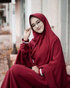 Bahagia itu bukan tentang bahagianya kita, melainkan bahagiannya Allah atas kita, tntng keridhaanNya🙂 . . Hihi lagi jatuh cinta nih sama… Casual Hijab Outfit, Hijab Chic, Beautiful Muslim Women, Beautiful Hijab, Hijabi Girl, Girl Hijab, Muslim Girls Photos, Muslimah Clothing, Hijab Fashionista