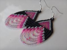 Boucles d'oreilles Amérindienne perlées. Native American. Autochtone. Bijoux Amérindiens. Boucle rose, gris et noir. Argent sterling.