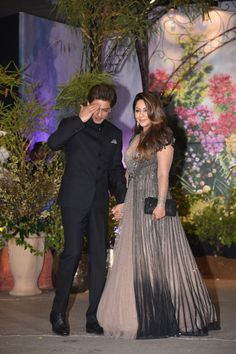 Shah Rukh Khan looked dapper in his black suit and wife Gauri Khan looked radiant at Sonam Kapoor and Anand Ahuja's grand wedding reception Bollywood Couples, Bollywood Wedding, Bollywood Celebrities, Bollywood Fashion, Wedding Dress Men, Designer Wedding Dresses, Party Dress For Man, Marriage Dress, Black Bride
