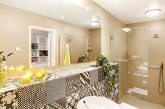łazienka w wielu odcieniach brązu i żółtymi dodatkami