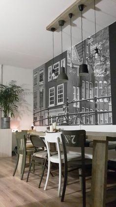 Mijn eigen woonkamer. #steigerhoutentafel, #cafestoelen, #fotobehang, #amsterdam, #zwartwit, #anniesloan, #steigerhout, #industrial, #hektar, #draadlamp