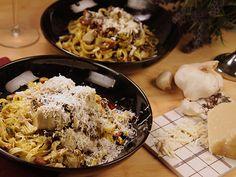 """God vegetarisk pasta med svamp, kronärtskockor och """"pesto"""" på pistagenötter."""