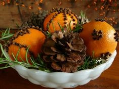 Oranges, cloves, christmas tree twigs and pincons.