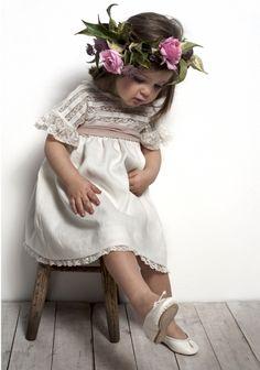 """Even Flower Girls Get Tired Feet"" Flower Girls, Flower Girl Dresses, Beautiful Children, Beautiful Babies, Baby Girl Fashion, Kids Fashion, Spring Fashion, Stylish Kids, Kind Mode"