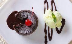 O petit gâteau é uma sobremesa com muitas histórias sobre sua origem. Há quem diga que um aprendiz de cozinheiro francês aqueceu demais o forno e o bolo ficou muito assado por fora e cru por dentro...