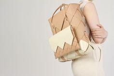 Tuokko par Katja Mustaniemi-11 Technique de tissage traditionnelle avec du cuir recyclé. Objet ultra-graphique dont les éléments (sacoche, porte-monnaie, sac…) peuvent s'assembler ou être dissociés.