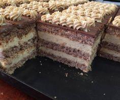 Mézes vagy grízes krémes, flódni vagy zserbó, ha a réteges süteményekről van szó, jöhet bármi, ami több lapból és ínycsiklandó krémből áll. Most 13 ilyen receptet mutatunk, de előre szólunk, hogy egy adag nem lesz belőlük elég!