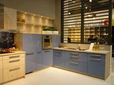 Moderne Scandinavische keuken in hoogglans blauw gecombineerd met blank hout.