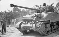 """Un Sherman """"Firefly"""" britannique dans le secteur d'Aunay-sur-Odon le 31 juillet pendant l'opération Bluecoat."""