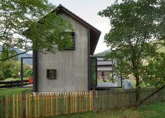 Cette maison située dans un petit village de Haute-Bavière, en Allemagne a été construite par les architectes Christine Arnhard et Markus Eck comme leur propre maison de vacances, mais ils la louent également.  Ils la décrivent comme « un endroit calme et intime, loin du stress de la vie quotidienne, un abri pour revenir à la vraie vie et profiter du temps, de la nature, de la lecture.» La maison est à deux étages, mais à l'intérieur les planchers sont en fait divisés en 5 niveaux…