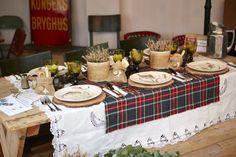 Mesa Navidad de @Terrón de azúcar, foto de @Angel Touron y mesa maciza de madera de @lavictorianademondariz