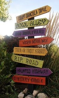 Halloween Road Sign decoration made from a pallet!  DOES NOT GO TO A WEBSITE ON HOW TO DO IT. PITURE ONLY.