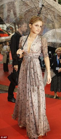 This might be my favorite dress she's worn... I can't really explain it, but I LOVE it and want it for my own!