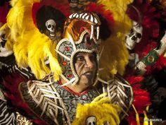 Imagen escogida por la variedad de texturas utilizadas en los disfraces de guerra africanos, la iconicidad de la calavera y el uso de huesos de animales para representar peligro y agresividad.