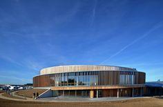 Construido en 2015 en Korsør, Dinamarca. Imagenes por Jens Markus Lindhe, Kirstine Mengel . Patrocinados por las mayores fundaciones de caridad en Dinamarca, AART arquitectos junto con la fundación de la distrofia muscular de Dinamarca ha...
