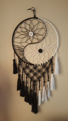 Homemade Dream Catchers, Making Dream Catchers, Dream Catcher Decor, Black Dream Catcher, Diy Crafts Hacks, Diy Crafts For Gifts, Diy Arts And Crafts, Crafts To Make, Diy Projects