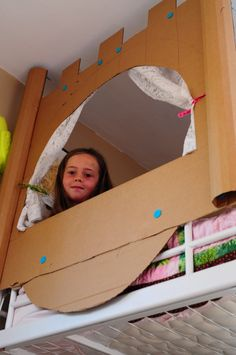 Maak van je bed een echt kasteel voor een (slaap-) prins of prinses. Knutseltip van Speelgoedbank Amsterdam voor kinderen en ouders. Budget knutselen met karton. Recycle / upcycle.