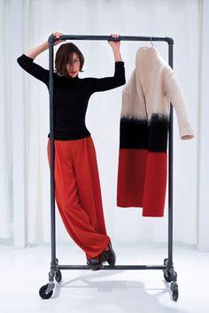 Creativa y colorista.Sybilla, 52 años, posa en su tienda efímera del Soho neoyorquino con diseños de su última colección. El abrigo está hecho a mano en fieltro 100% lana merino.