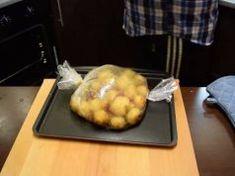 Sütőzacskóba teszi az újkrumplit, majd elkészíti a köretek nagy királyát!