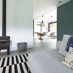 Scandinavisch interieur in een schuurwoning. Maatwerk kasten, blauwe ...
